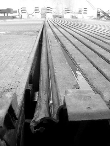 有些桥梁结构,桥面板端部刚度不足,当桥面板受到汽车荷载作用时,因翼